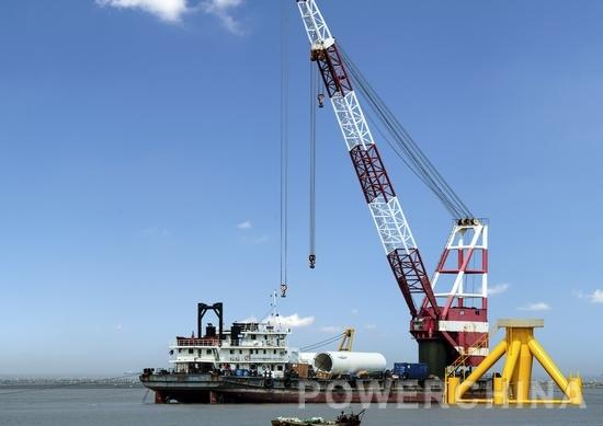 新能源公司江苏如东海上风电场(潮间带)示范工程是电建集团第一个海上风电项目,由中南勘测设计研究院设计、水电四局施工。该项目于2012年12月21日获得国家发改委核准,总装机容量为100 兆瓦,配套建设一座220千伏升压站。项目分两期建设运营,一期工程设计10台2.0 兆瓦的风力发电机组,2014年5月,工程成功并网发电,实现了集团在海上风电市场新的突破。二期工程设计32台2.