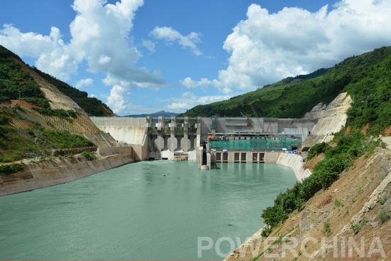 继2015年11月29日、12月18日集团投资建设的老挝南欧江一期项目二级电站和六级电站首机发电后,五级水电站也于12月28日正式投产发电。至此,该项目成功实现一年三投发电目标,标志着中国电建在海外推进全产业链一体化战略实施的首个投资项目,由大投入正式转入大产出。 南欧江流域梯级电站项目,是中国电建积极响应国家 一带一路战略,在老挝唯一获得全流域整体规划和投资开发的水电项目,也是中国电建在海外推进全产业链一体化战略实施的首个投资项目。