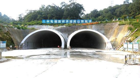 南山路隧道下穿江门市白水带风景区,隧道呈南北走向,为双向6车道连拱