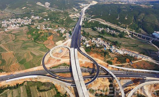 当今时代,区域的社会经济发展与竞争,核心是枢纽之争,综合交通运输枢纽是区域社会经济加快发展的重要先决条件。曲靖地处国家一带一路、西部大开发、长江经济带、珠江西江经济带5个国家发展战略叠加覆盖区和出省入滇的关键位置,素有云南咽喉、滇黔锁钥之称,是内地及沿海地区进入南亚、东南亚的交通枢纽,具有一市连四省的独特区位优势。为真正将区位优势转化为交通优势和发展优势,以便曲靖市与境外交通有机衔接,形成对外进出快速通道,构建六出省、五联昆、五出境的高速公路网络,实现西融滇中、东联黔桂、北接成渝、南向